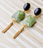 Ohrring bi-color mit jade-grünem Octagon-Behang und Metall-Quaste an schwarzem Cabochon _
